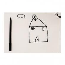 Imagen en la que se ve una hoja con un dibujo infantil de una casa, un solo y una nube. A su lado tiene un rotulador.