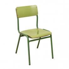 En la imagen aparece una silla verde de colegio