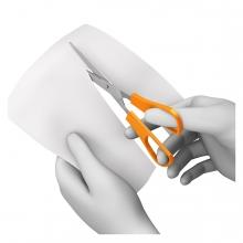 Imagen en la que se ve una mano cortando un papel con unas tijeras