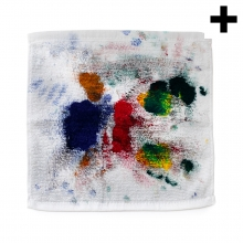 Imagen en la que se ve un trapo blanco lleno de manchas de pintura