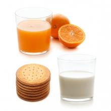 Imagen en la que se ven tres alimentos que se toman en el desayuno: galletas, leche y zumo de naranja