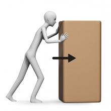 Imagen en la que una persona está empujando una gran caja