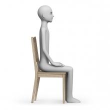 Una persona está sentada en una silla