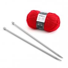 Imagen en la que se ven un par de agujas y un ovillo de lana