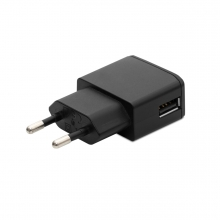 Imagen en la que se ve un cargador USB