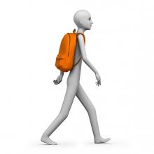 Persona caminando con una mochila a la espalda