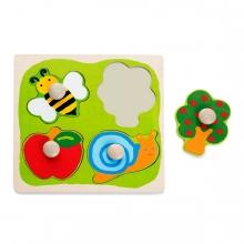 Imagen en la que se ve un juego de encajar piezas de madera