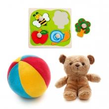 Imagen en la que se ven tres juguetes: una pelota de espuma, un osito y encajables
