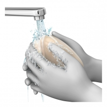 Imagen en la que se ven unas manos lavándose con agua y jabón bajo el grifo