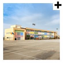 Imagen en la que se ve la parte exterior de un colegio y el recreo