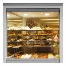Imagen en la que se ve el escaparate de una pastelería
