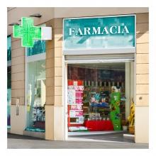 Imagen en la que se ve la fachada de una farmacia