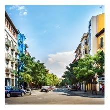 Imagen en la que se ve una vista de una calle con edificios a los lados