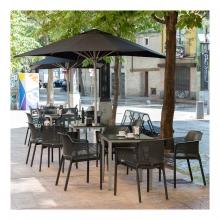 Imagen en la que se ve una terraza de bar