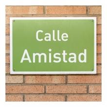 Imagen en la que se ve una placa de señalización de una calle