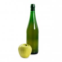 Imagen en la que se ve una botella de sidra con una manzana delante