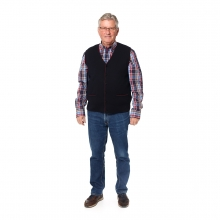Imagen en la que se ve una persona mayor de cuerpo entero