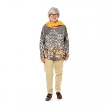 Imagen en la que se ve una mujer mayor de cuerpo entero