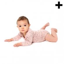 Imagen en la que se ve un bebé tumbado en el suelo