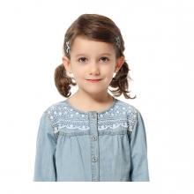 Imagen en la que se ve una niña de medio cuerpo
