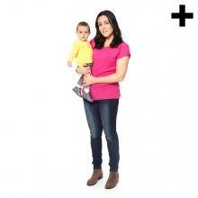 Imagen en la que se ve una madre sosteniendo a su hijo en brazos de cuerpo entero