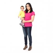 Imagen en la que se ve una madre sosteniendo a su hijo en brazos