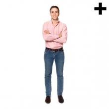 Imagen en la que se ve un hombre de cuerpo entero