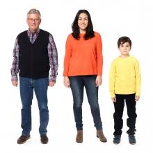 Imagen en la que se ven tres personas: una persona mayor, una mujer y un niño