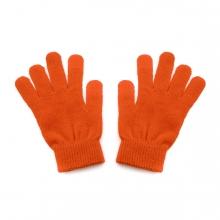 Imagen en la que se ve un par de guantes de color naranja