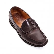 Imagen en la que se ve un zapato de hombre de color marrón
