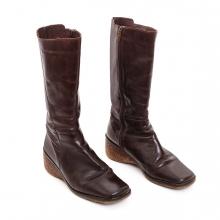 Imagen en la que se ve un par de botas altas de mujer