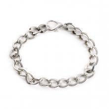 Imagen en la que se ve una pulsera de plata