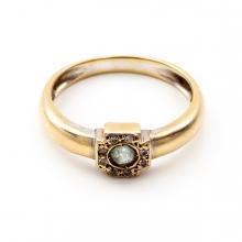 Imagen en la que se ve un anillo de oro