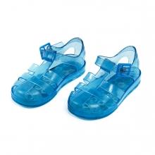 Imagen en la que se ve un par de zapatillas del tipo cangrejera