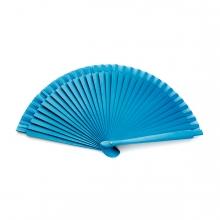 Imagen en la que se ve un abanico azul