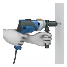 Imagen en la que una persona está haciendo un agujero en la pared con un taladro