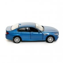 Imagen en la que se ve un coche azul en perspectiva lateral