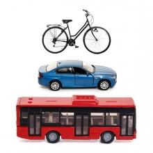 Imagen en la que se ven tres medios de transporte terrestre: un autobús, un coche y una bicicleta