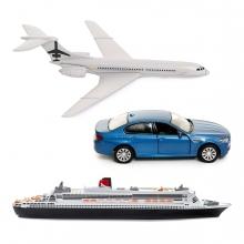 Imagen en la que se ven tres medios de transporte: avión, coche y barco