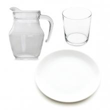 Imagen en la que se ven tres elementos de una vajilla: un plato, una jarra y un vaso