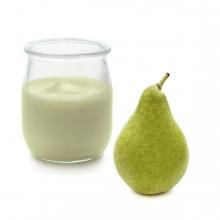 Imagen en la que se ve un yogur de pera