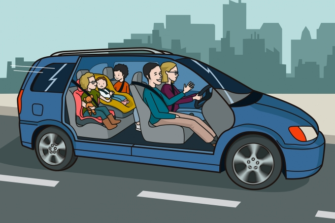 Una familia de cinco personas viajan en un coche